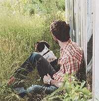 Diese Bild zeigt ein Mann mit einem Hunde, der Reico Hundefutter bekommt